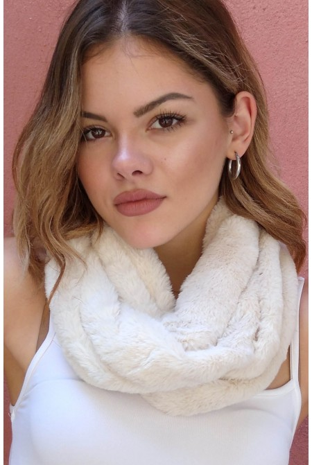 Luxurious faux fur neck in IVORY color