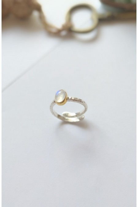 Elegant Serling  Silver Ring with a beautiful Mother of Pearls